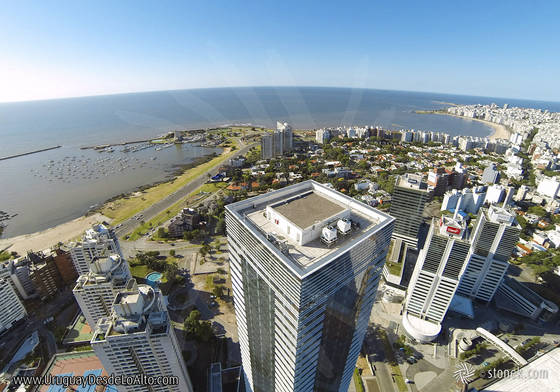 Foto aérea de la Torre 4 del World Trade Center Montevideo con vista al Río de la Plata