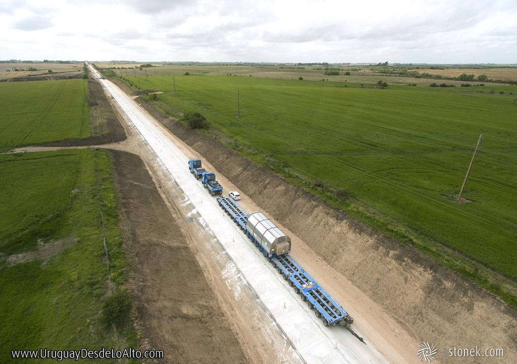 Foto aérea de un camión con carga pesada en zorra de 25 ejes. Transporte carretero