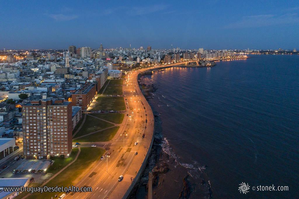 Vista aérea de la rambla Francia de la Ciudad Vieja de Montevideo al anochecer