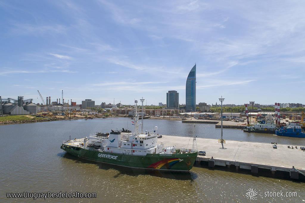 Barco de Greenpeace en Montevideo