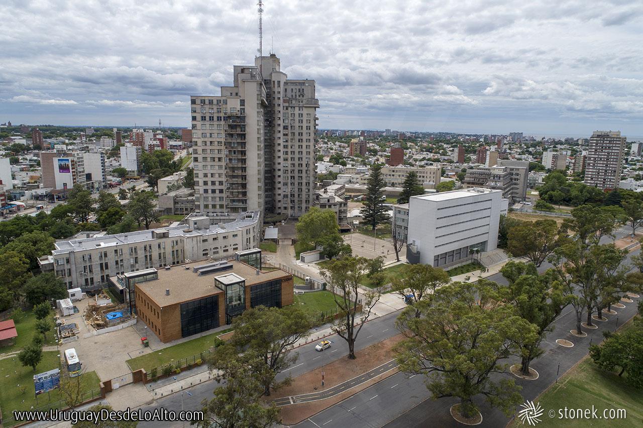 Vista aérea de la Avenida Ricaldoni, Área de la Salud, escuelas de medicina, CUDIM