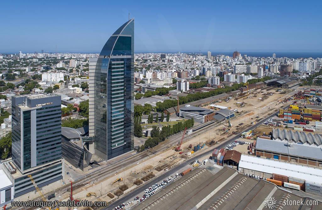 Foto aérea de la Torre de las Telecomunicaciones y las obras en la Rambla Sudamérica.