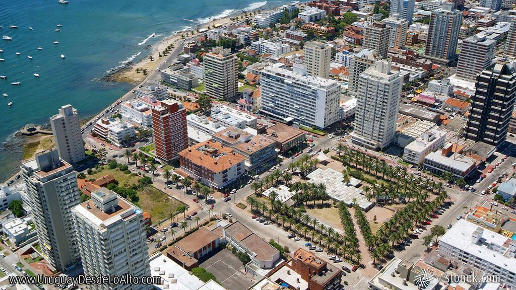 Vista aérea de la Plaza Artigas de Punta del Este en 2007
