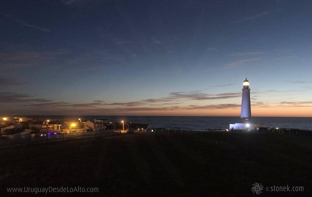 Faro del Cabo Santa María al amanecer en el balneario La Paloma, Rocha