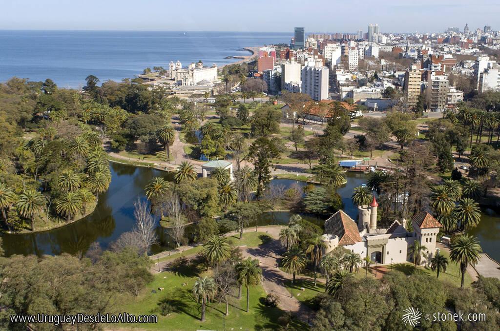 Vista aérea del Parque Rodó, la ciudad y el Río de la Plata