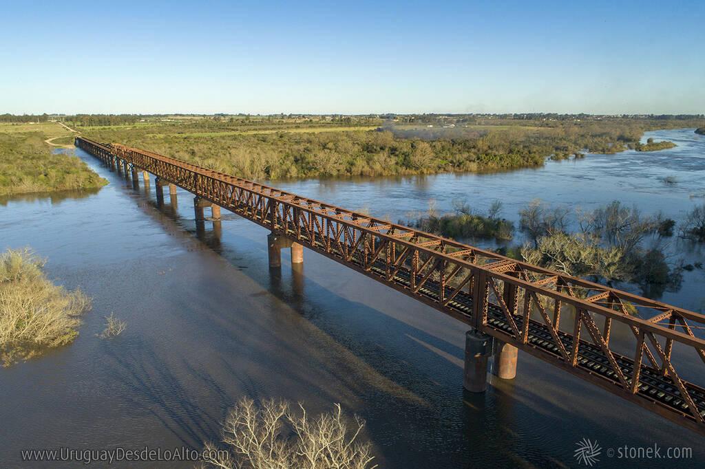 Vista aérea del puente ferroviario que cruza el río Santa Lucía. Limite entre Canelones y Florida