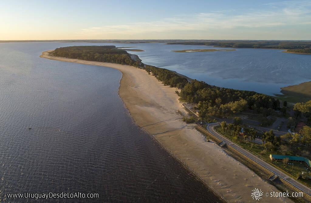 Vista aérea de la rambla y playa de San Gregorio de Polanco