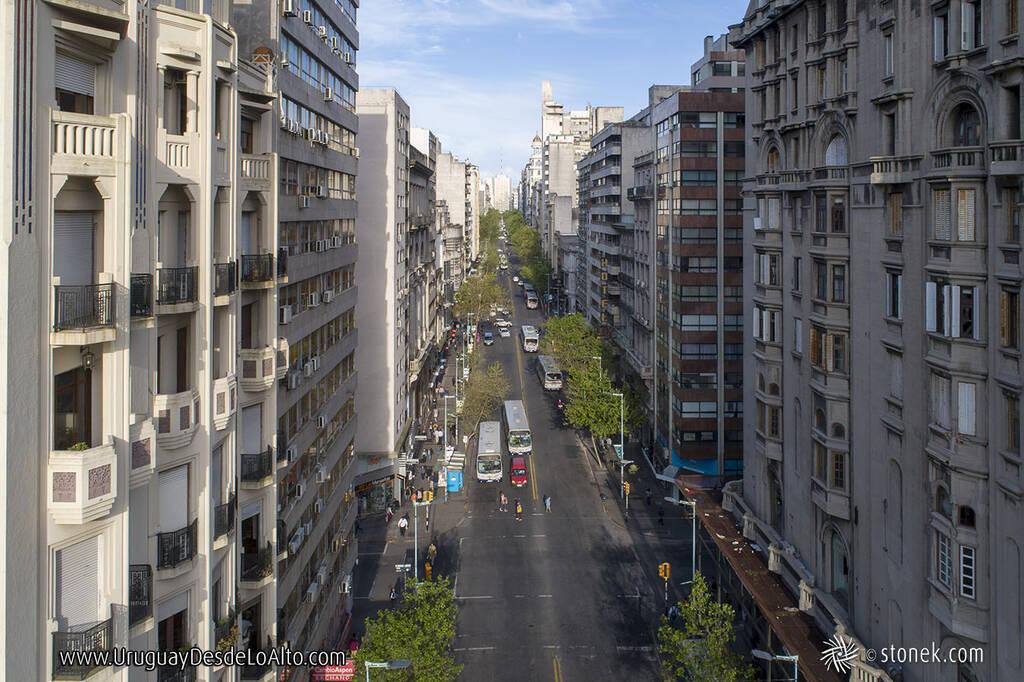 Avenida 18 de Julio desde el aire