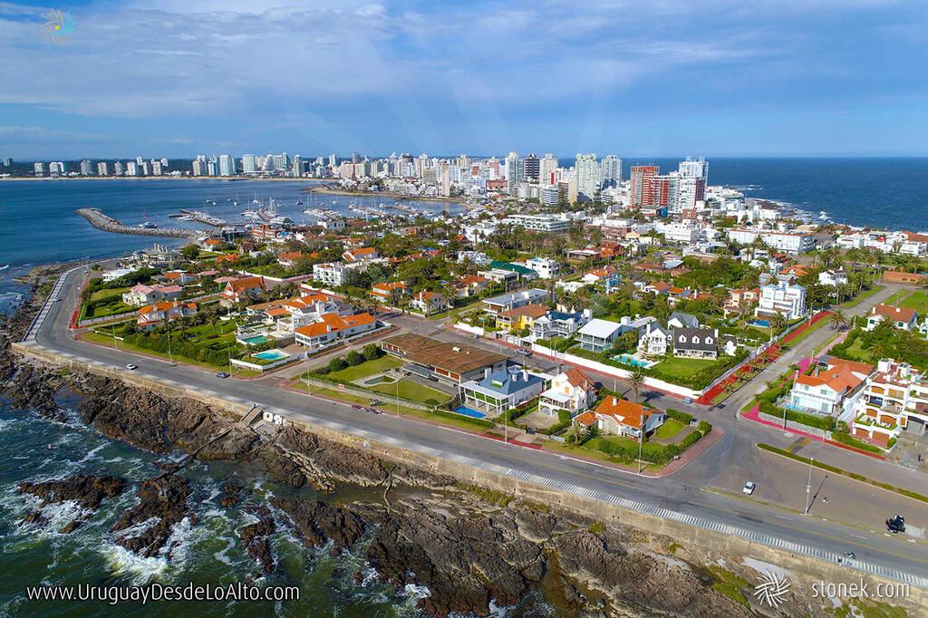 Vista aérea de la Rambla Artigas y calles El Pampero, El Faro y Capitán Miranda, Punta del Este