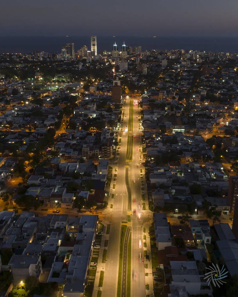 Vista aérea de la Av. L. A. de Herrera al sur al anochecer