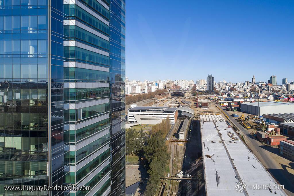 Vista aérea de la construcción del viaducto sobre la rambla Sudamérica al lado del puerto