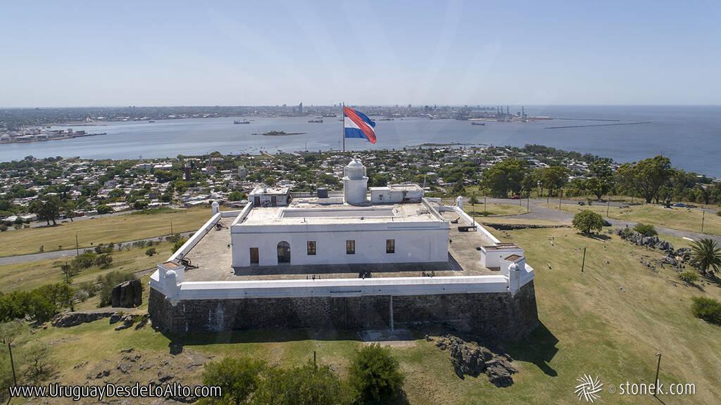 Vista aérea de la fortaleza del Cerro de Montevideo, bandera de Artigas