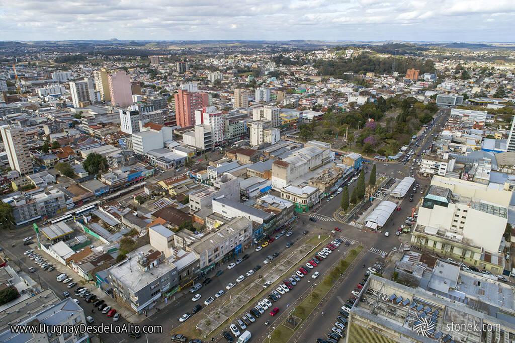 Vista aérea del Bulevar Treinta y Tres Orientales y la Av. João Pessoa en el límite con Brasil. Plaza Internacional